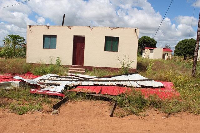 補償で受けとった家屋。すでに壊れた(モザンビーク開発)