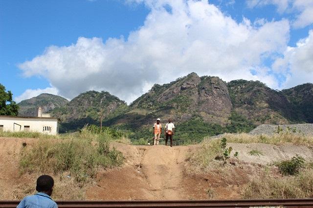 深く掘られた線路。2年前から状況改善されず(モザンビーク開発)